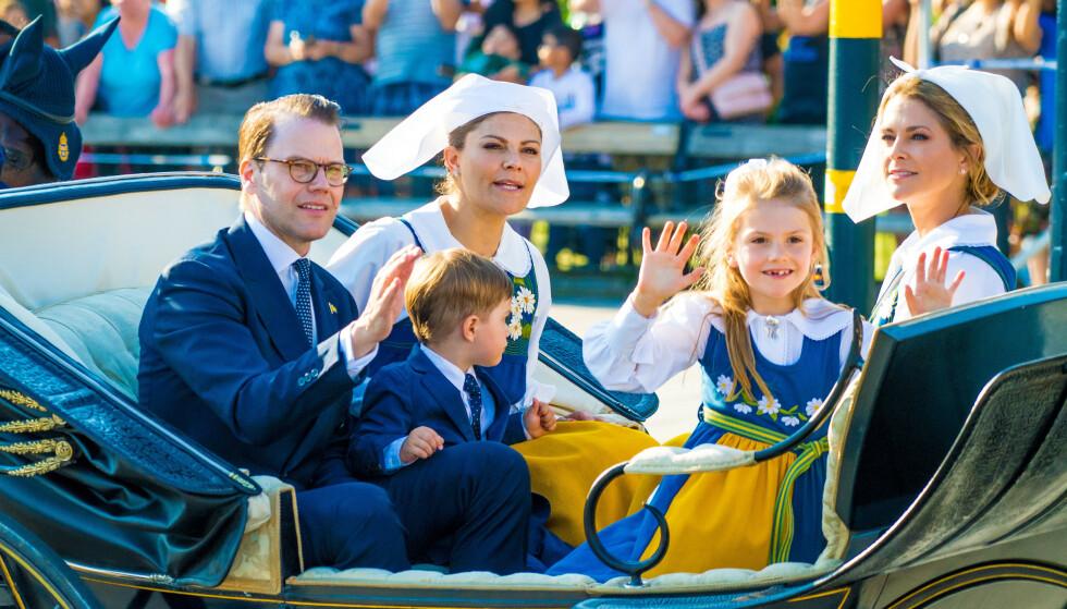 TRADISJONER: Vanligvis kjører den svenske kongefamilien fra slottet til Skansen på nasjonaldagen. Her i 2019. Foto: Splash News/NTB