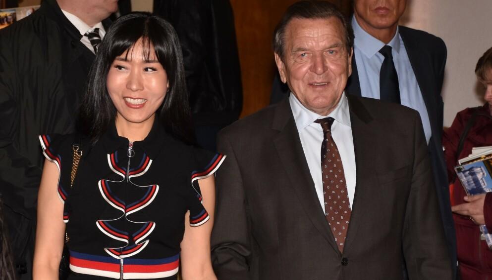 GIFT: Gerhard Schröder er i dag gift med Kim Se-yeon. Forholdet har imidlertid ikke vært uten humper i veien. Foto: Splash News / NTB