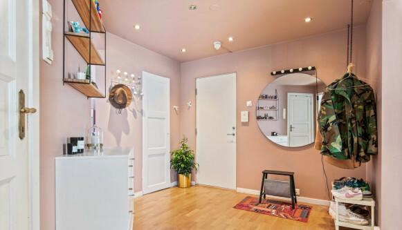 ROSA: Entréen i leiligheten er malt rosa. Foto: Mats Bakken / Inviso AS