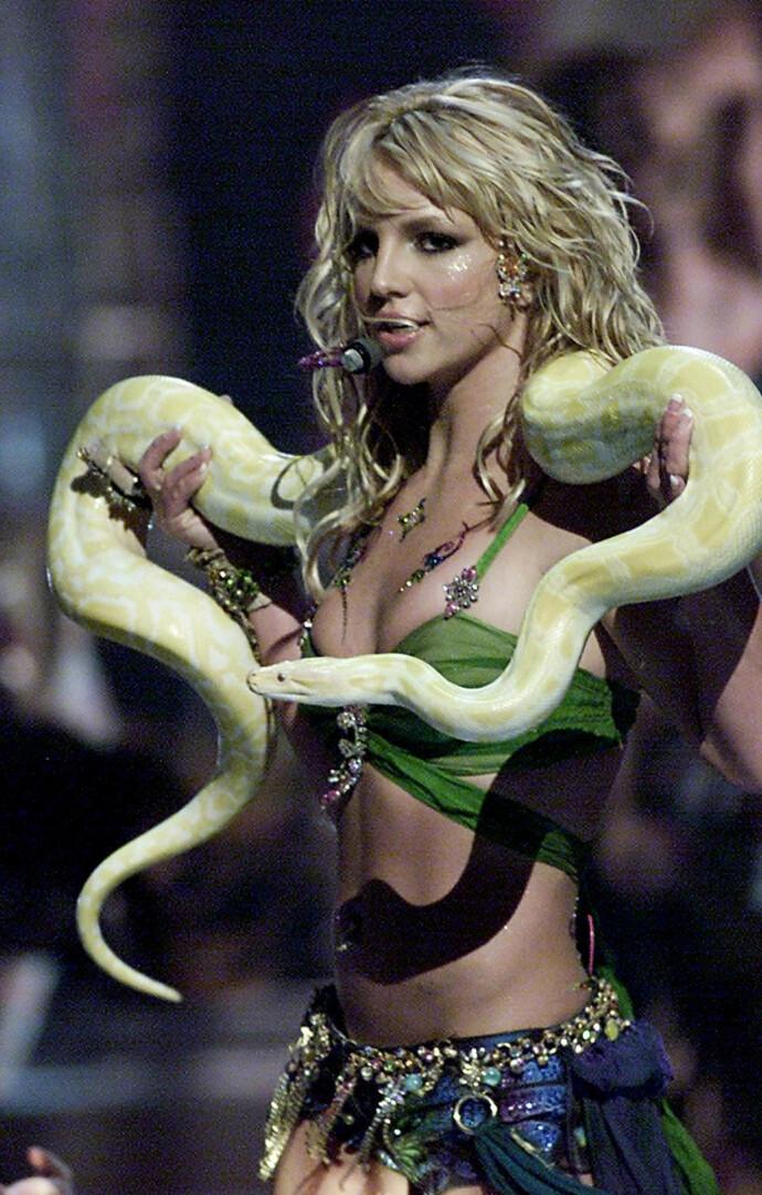 SE FRYKTEN I ØYNENE: I 2021 er det 20 år siden Britney Spears draperte seg med en levende slange på MTV Video Music Awards i New York. Egentlig er artisten redd for reptiler. Foto: NTB