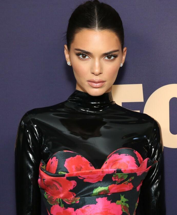 NULL HULL: Kendall Jenner på Emmy Awards i 2019. Antrekksmessig satset hun på heldekkende, uten småhull. Foto: NTB