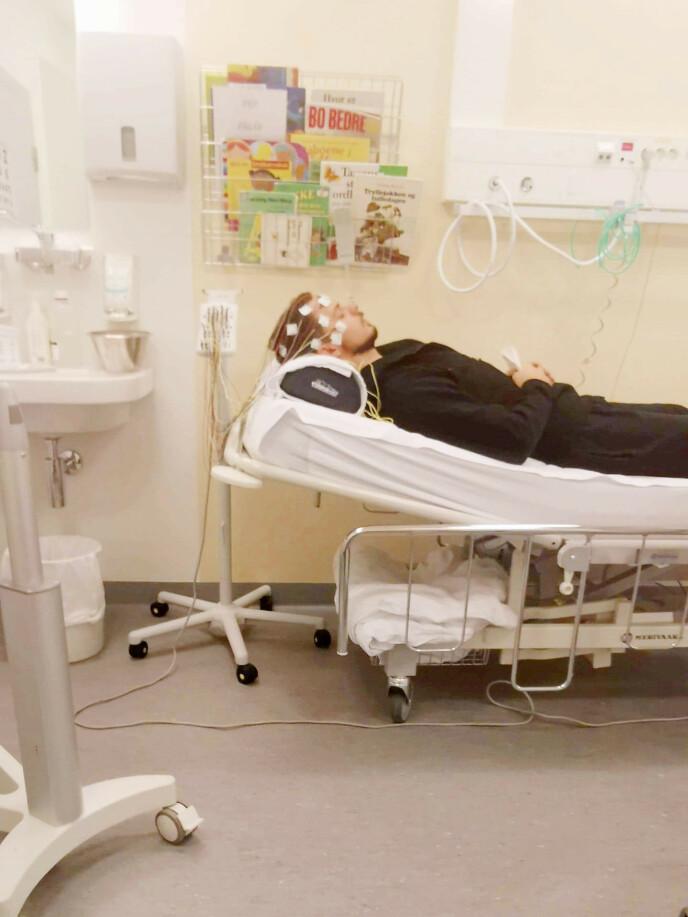 GRUNDIG: Hodet til Ron Daniel ble undersøkt både med MR, CT og elektroder som her. Legene trodde epilepsi var årsaken til at han en periode mistet synet, men det var før kreften ble påvist. Foto: Privat