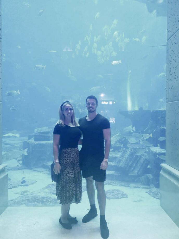 STARTET HER: Christine fikk tur til Dubai i 30-årsgave av Ron Daniel i november 2019. Her er de på Atlantis, Midtøstens største akvarium, hvor Ron Daniel først ble dårlig. Foto: Privat
