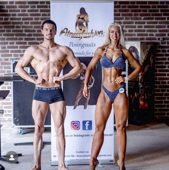 SPORTY: Ron Daniel har drevet med fitness i mange år. Han overtalte Christine til å prøve seg, og i 2019 stilte paret opp sammen i Sandefjord Open. Foto: Privat