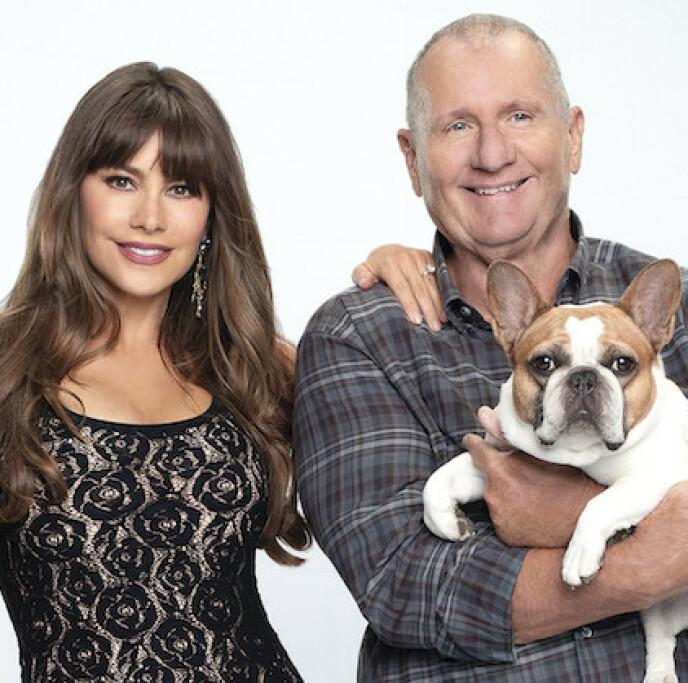 EN MODERNE FAMILIE: Sofia Vergara spilte rollen som Gloria i TV-serien «Modern family». Der hadde karakteren et anstrengt forhold til ektemannen Jay Pritchetts (Ed O'Neill) hund Stella. Foto: ABC