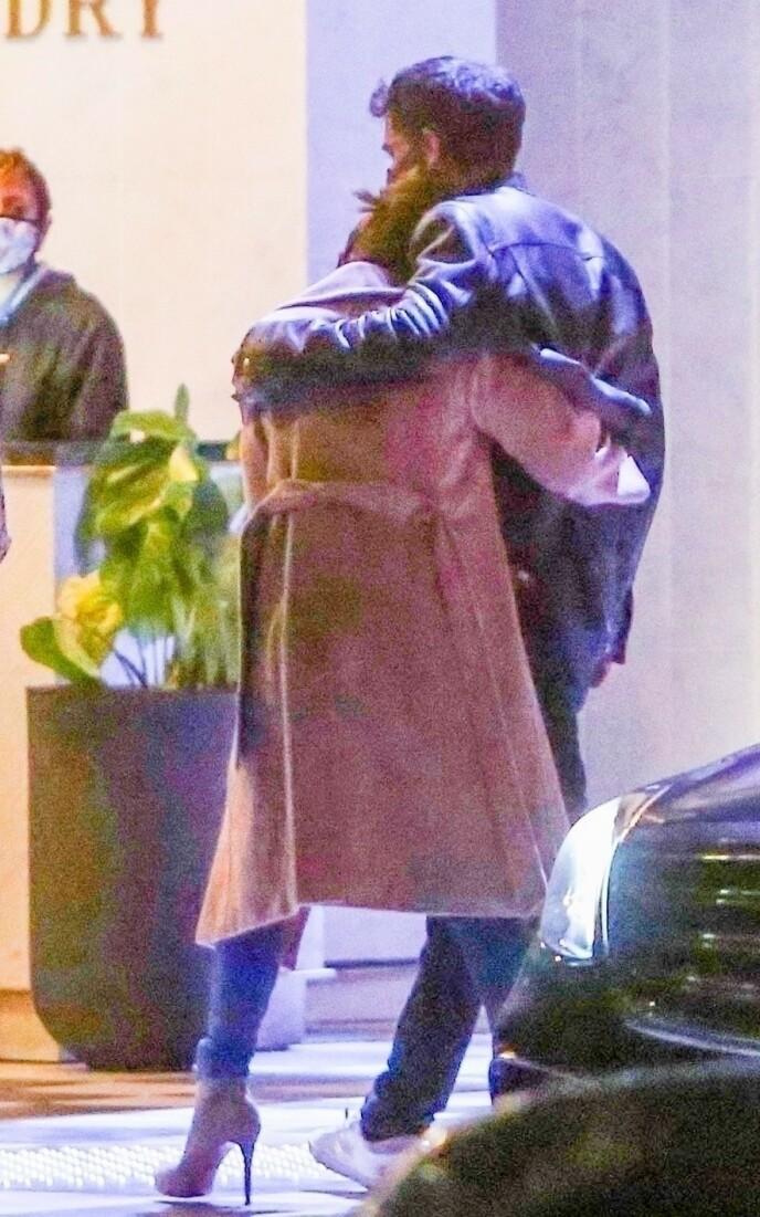 ROMANTISK: Jennifer Lopez og Ben Affleck klarte ikke å holde fingrene fra hverandre på vei til restauranten. Foto: Backgrid USA / NTB