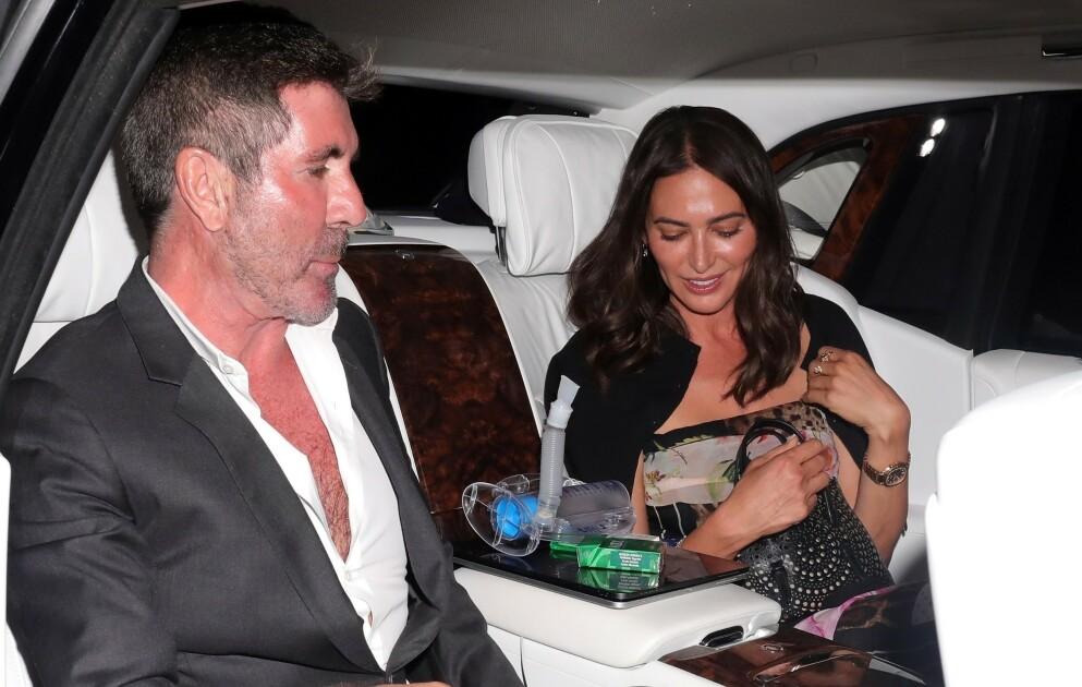 FÅR PUSTEHJELP: Simon Cowell og kjæresten Lauren Silverman forlater middagsdaten. På armlenet ser man helt tydelig en pustemaskin. Foto: Backgrid UK