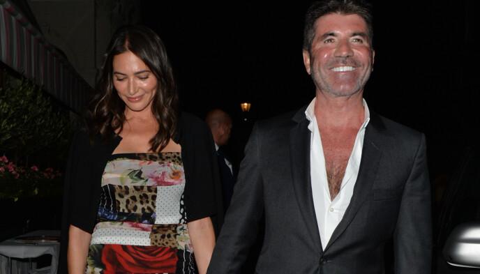 PÅ MIDDAG: Simon Cowell og kjæresten smilte bredt etter å ha vært ute og spist middag på torsdag. Foto: Palace Lee / SplashNews