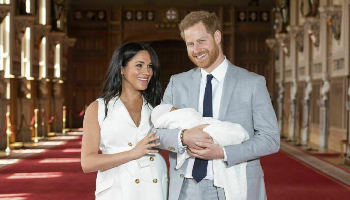 SMILTE BREDT: Meghan og Harry fikk sønnen Archie i mai 2019, og var tydelig stolte av sin lille sønn da de poserte for fotografen. Foto: Dominic Lipinski /Pool / AP