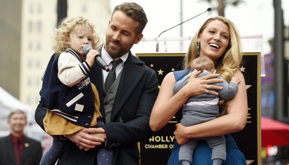 ANGST: I et nytt intervju forteller Hollywood-stjernen Ryan Reynolds at han ønsker å være en god rollemodell for barna sine. Her er han avbildet med kona Blake Lively og to av døtrene James (til venstre) og Inez (til høyre) i 2016. Foto: Chris Pizello / Invision / NTB