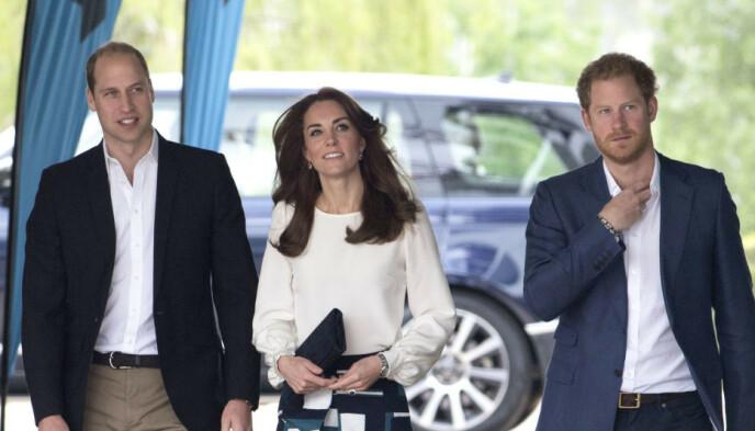 KJÆRLIGHET: Prins William og hertuginne Kate ga en gave til deres nyfødte niese. Her er prins William og Kate sammen med prins Harry. Foto: NTB