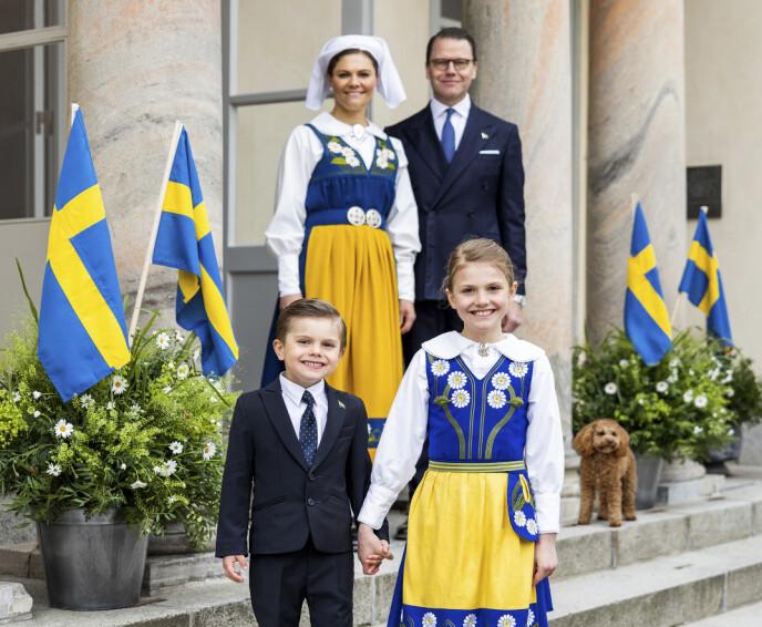 NYE BILDER: Kronprinsesse Victoria, prins Daniel, prins Oscar, prinsesse Estelle og familiehunden Rio på Sveriges nasjonaldag. Foto: Linda Broström Kungl.Hovstaterna / NTB