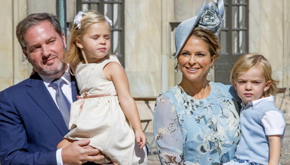 LONG TIME, NO SEE: Prinsesse Madeleine og resten av familien kommer tilbake til Sverige i sommer. Søndag delte hun et nytt bilde av barna i anledning nasjonaldagen. Foto: NTB