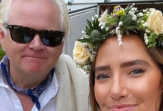 Røper bryllupsplaner med 20 år yngre forlovede