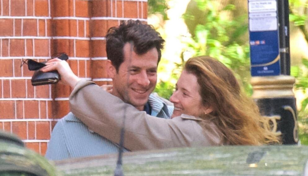 LYKKEN SMILER: Mark Ronson bekrefter at han er forlovet med skuespillerdatter Grace Gummer. Her avbildet i mai, da ryktene om en forlovelse først begynte å svirre. Foto: Tops, Robs / Backgrid UK / NTB