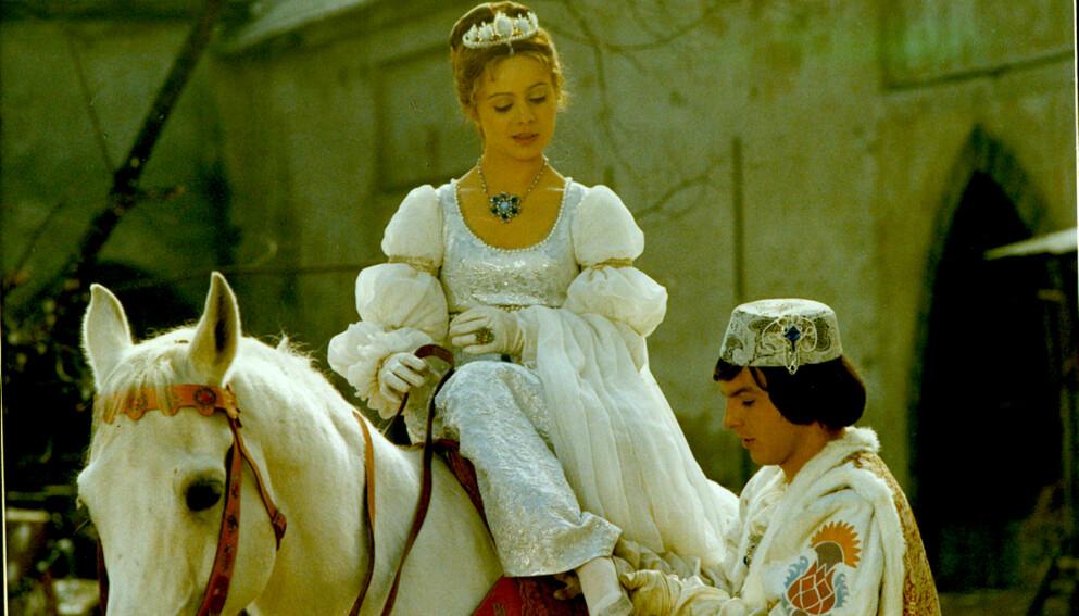 DØD: Libuse Safrankova ble 68 år gammel. Her hun sammen med prinsen i «Tre nøtter til Askepott», spilt av Pavel Trávníček. Foto: NRK