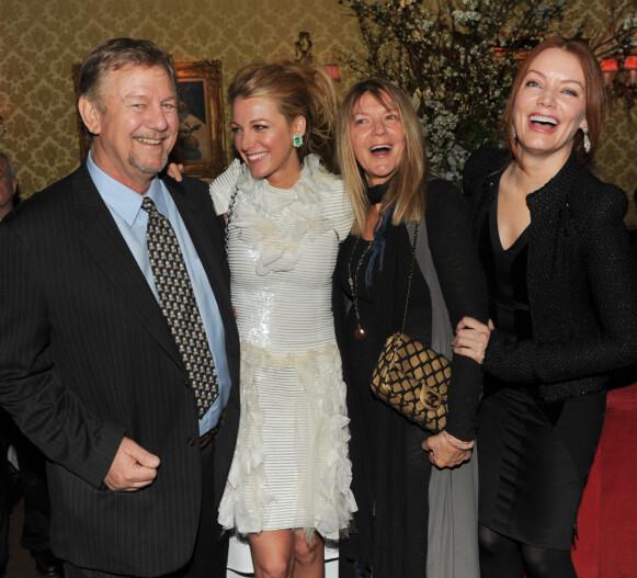 SMILTE OG LO: Ernie Lively, Blake Lively, Elaine Lively, Lori Lynn Lively poserte villig for fotografene etter en middag i New York i 2011. Foto: Billy Farrell / REX