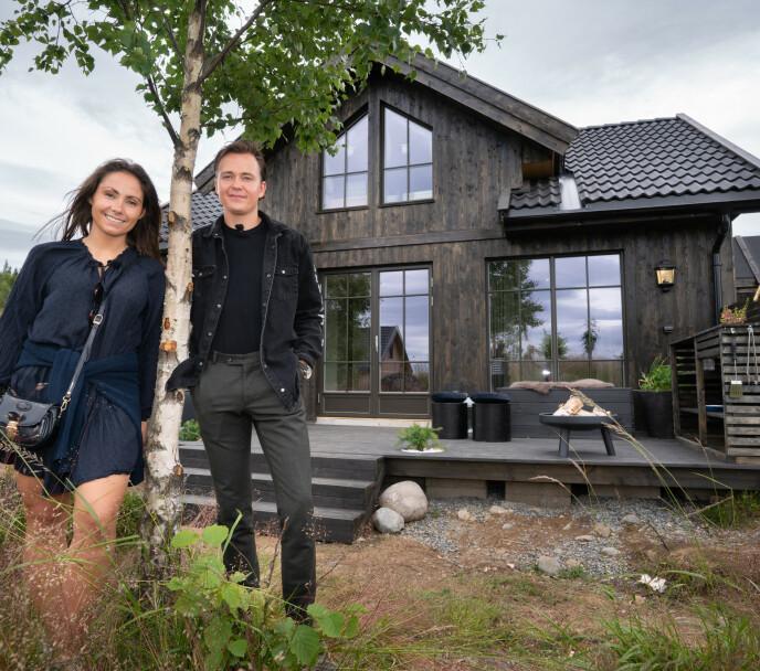 SKAL SELGES: Christine Kirkhorn (26) og Adrian Middelthon (24) foran hytta de pusset opp på Mjøsli. Foto: Espen Solli / TV 2