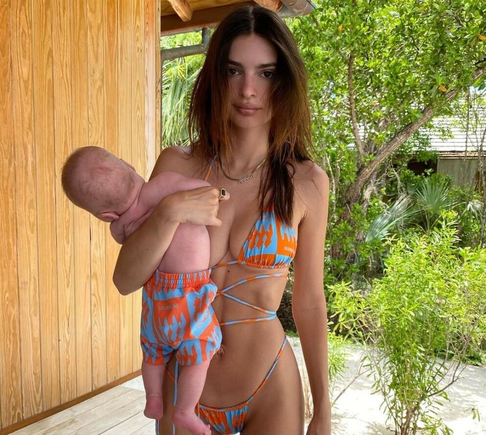 VEKKER OPPSIKT: Følgere og fans sperret opp øynene da modell Emily Ratajkowski poserte med sin lille sønn på den ene armen på et Instagram-bilde. Foto: Privat / Instagram