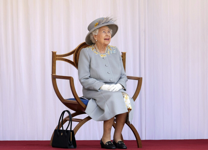FØLGER MED: Dronning Elizabeth følger med på flyshowet i Windsor lørdag. Foto: Chris Jackson / AP / NTB