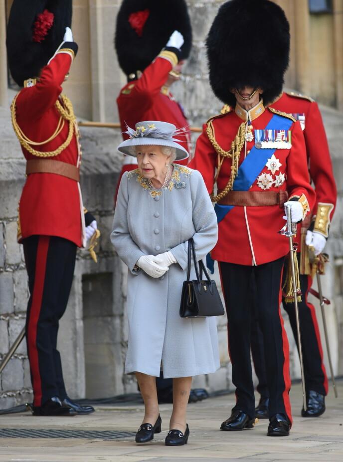 LØRDAG: Dronning Elizabeth fikk følge av sin fetter, prins Edward, hertugen av Kent. Foto: Reuters / NTB
