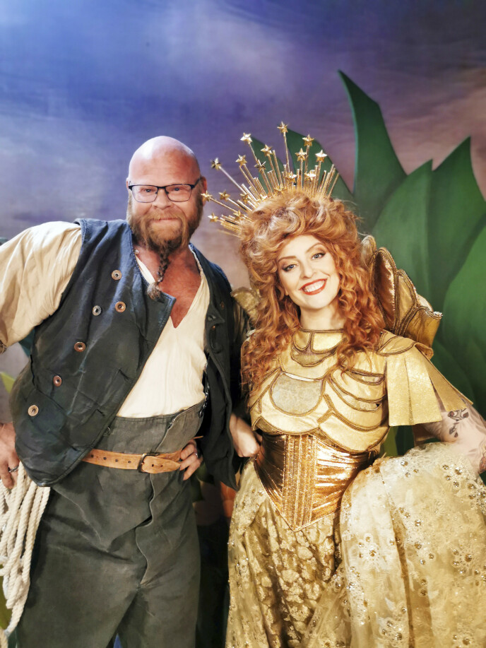 KOMMER PÅ TV: I desember kan du se Kjell Eivind i en rolle i «Kristianias Magiske Tivoli Theater» – årets julekalender på NRK. Her er han på settet med artist Silya Nymoen (43). Foto: Privat