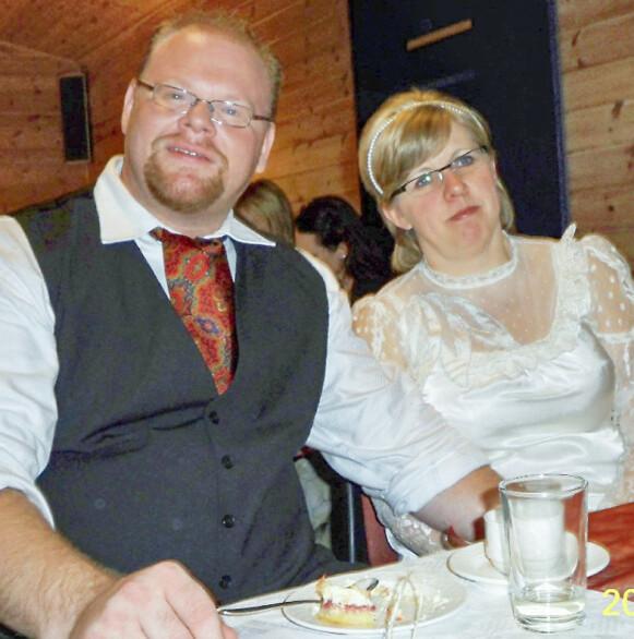 BRYLLUP: Turil og Kjell Eivind har kjent hverandre hele livet. Da de giftet seg i oktober 2009, hadde de begge barn, helseproblemer, og havarerte ekteskap bak seg. Foto: Privat