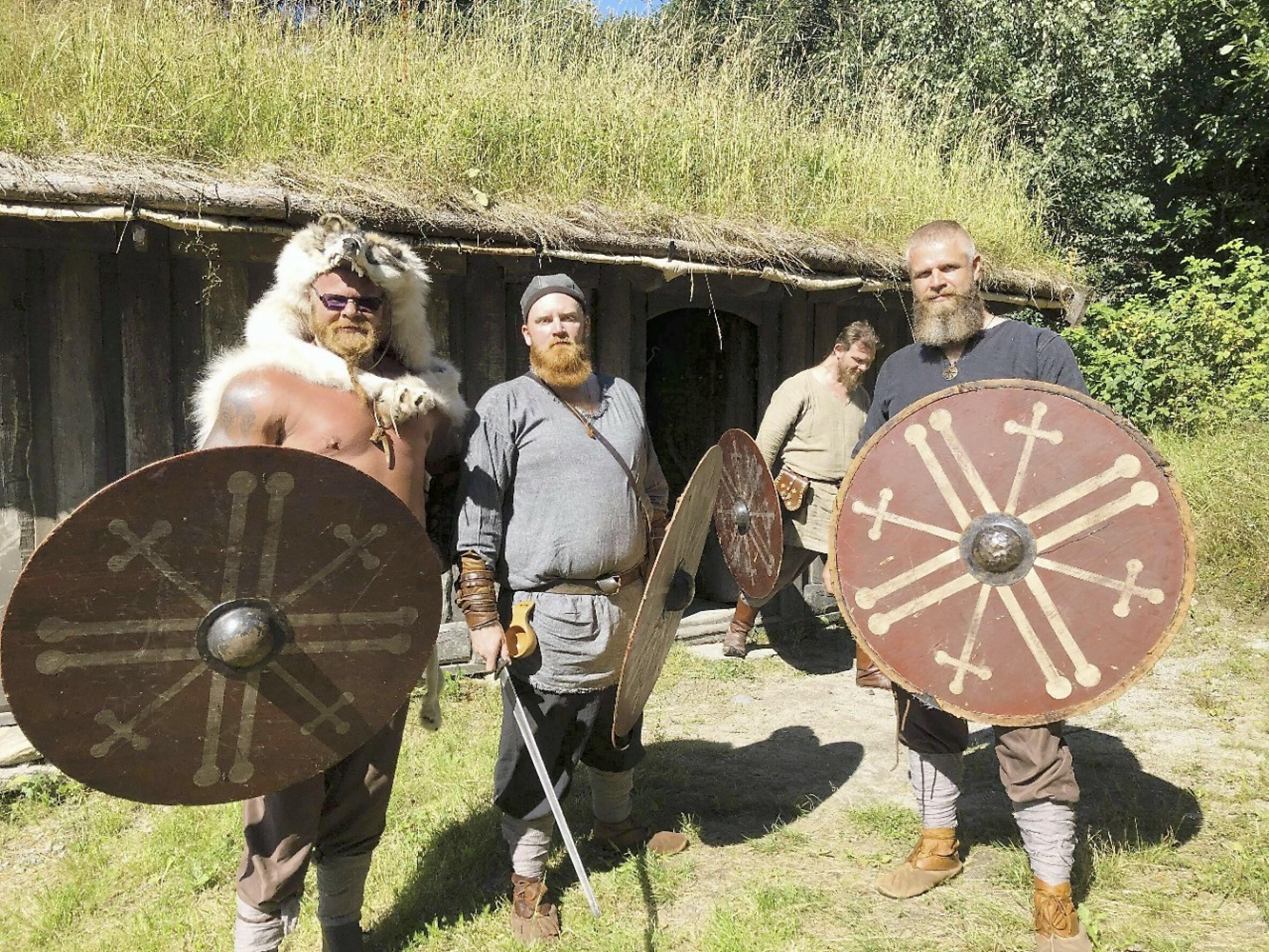 VIKINGER: Kjell Eivind (t.v.) drømmer om en internasjonal vikingrolle, og har en liten rolle i den kommende filmen «Vikingulven». Her er han sammen med medlemmer av vikinggruppen «Olavs menn» fra Telemark. Foto: Privat