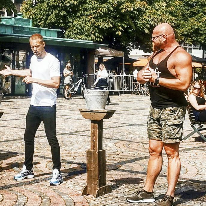 FARMEN: Kjell Eivind tok imot utfordringen fra Mads Hansen (37, t.v.) for å vise at det ikke er noen garanti for at han som stor og sterk hadde noen fordeler i Farmen-øvelsen med å holde melkespann. FOTO: Privat