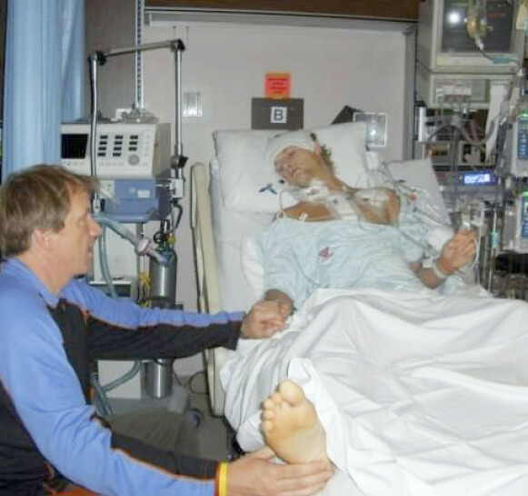 DRAMATISK: 19 år gammel fikk Joe et nytt hjerte. Her sitter faren Brian og våker ved sønnens sykeseng etter operasjonen. Foto: Lucy Laing