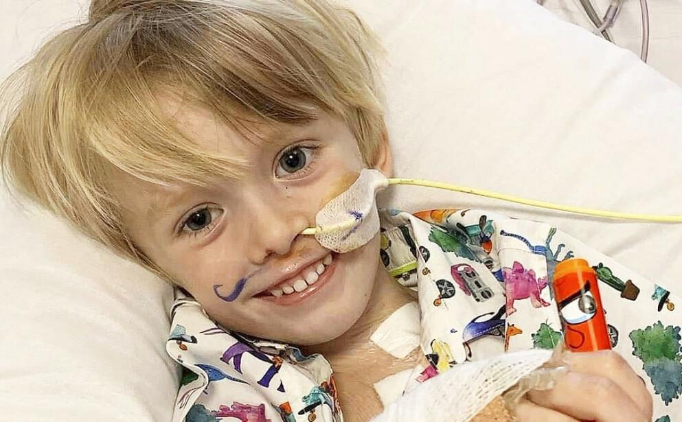 TAPPER: Lille Kit ligger koblet til en hjertepumpe. Den skal holde ham i live til et nytt hjerte dukker opp. Foto: Lucy Laing