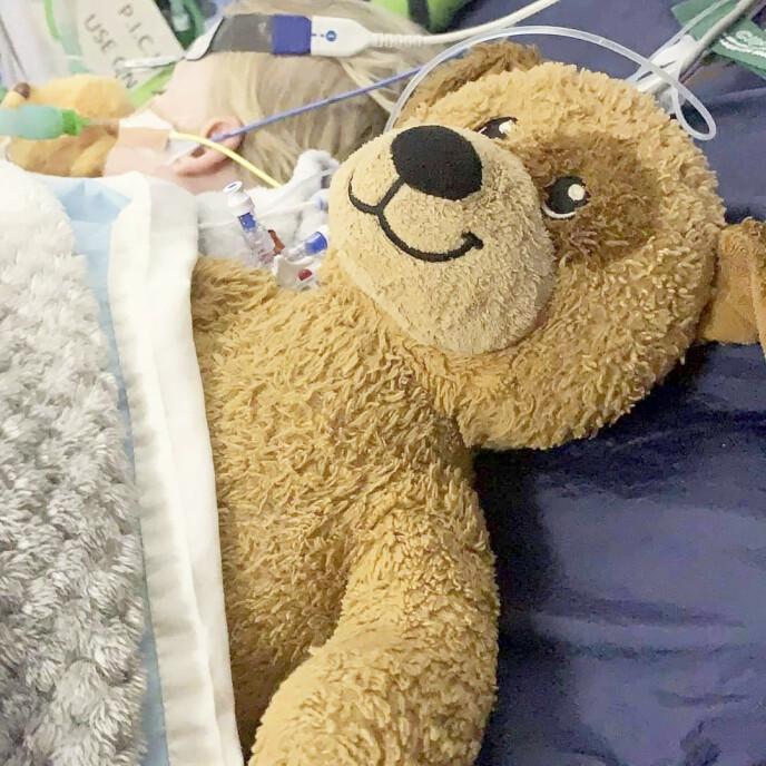 TRØST: Bamsen er med på sykehuset, og gir god trøst når ventetiden synes lang. Foto: Lucy Laing