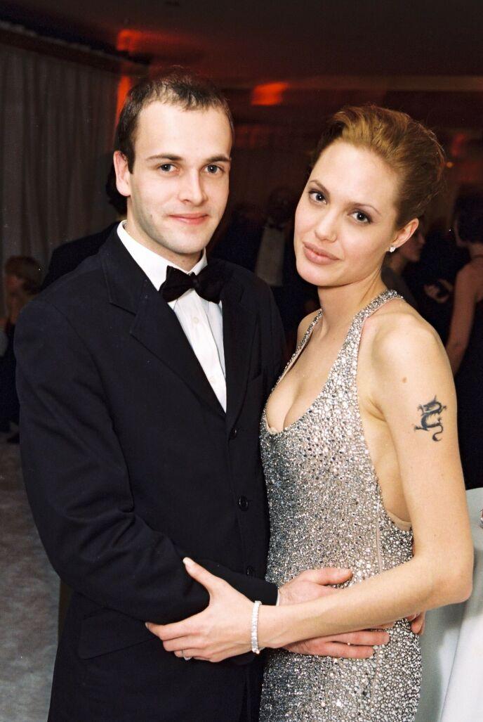 GIFTET SEG UNGE: Jonny Lee Miller og Angelina Jolie ga hverandre sitt ja da de var henholdvis 23 og 20 år gamle. Foto: Alex Berliner/BEI/REX / NTB