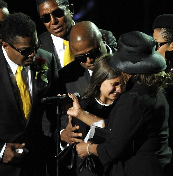 TÅREVÅTT: Michael Jacksons familie var oppløst i tårer under minneseremonien for popstjernen etter hans død i 2009. På bildet (fra venstre) Marlon Jackson, Jermaine Jackson, Tito Jackson, Randy Jackson, Paris Jackson, Janet Jackson and Rebbie Jackson. Foto: Kevork Djansezian / Reuters