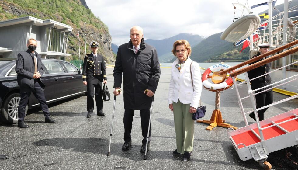 PÅ OPPDRAG: Kong Harald og dronning Sonja i Flåm tirsdag denne uken. Foto: Andreas Fadum/Se og Hør
