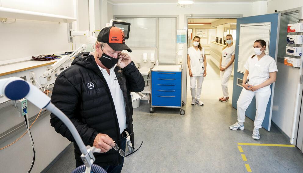 TÅREVÅTT: Følelsene satt løst da Terje Leer igjen besøkte sykehuset der han lå 17 dager i respirator. Her sammen med (fra venstre) Wenche Adelsteen Ruud, Camilla Ledsaak Lundal og Cecilie Fyllingslid. Foto: Hans Arne Vedlog / Dagbladet