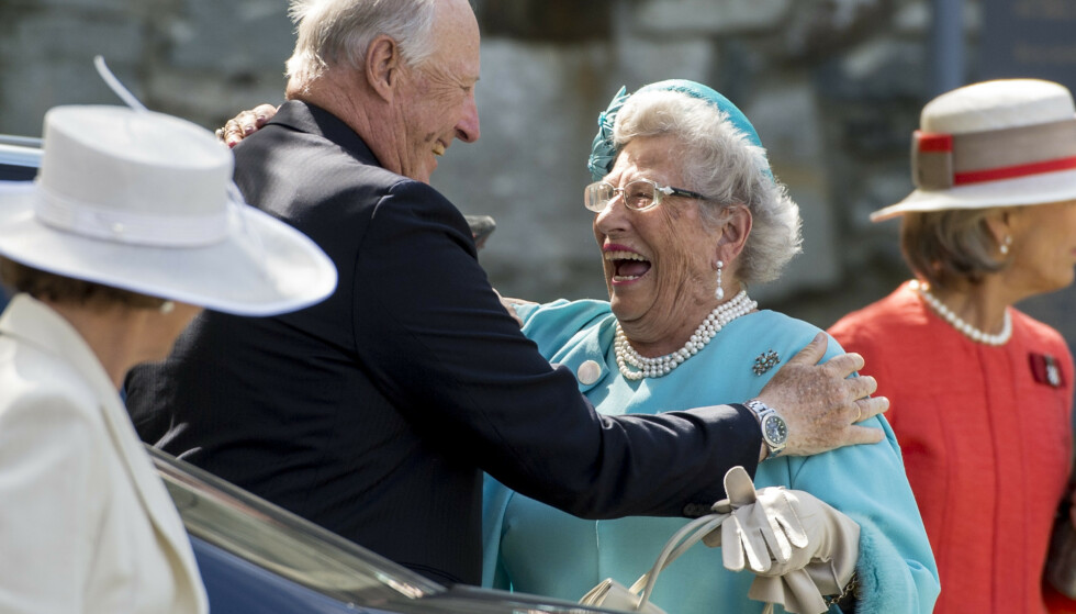 SØSKENFORHOLD: - Prinsesse Astrid er alltid hyggelig og smilende, og ofte har hun en kjapp kommentar på lur, akkurat som sin lillebror Kongen, sier Kjell Magne Bondevik. Norges eldste prinsesse får 50.000 inn på konto hver måned, og ifølge politikerne har vi mye å takke henne for. Foto: NTB