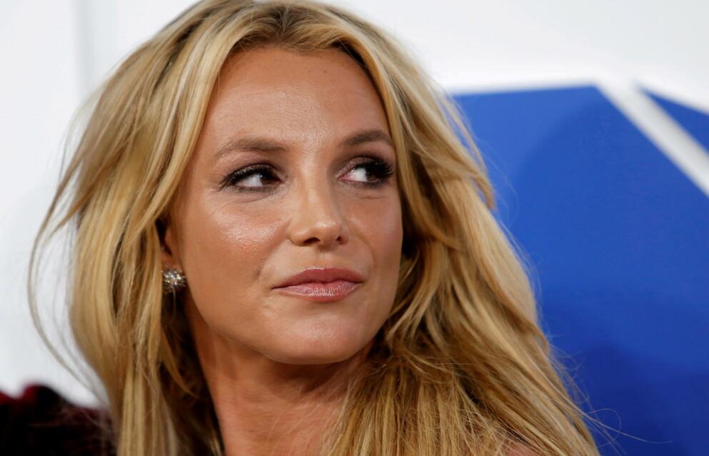 OVERRASKER: I helgen viste popstjernen Britney Spears frem sin «hemmelige» tatovering. Foto: Eduardo Munoz / Reuters / NTB