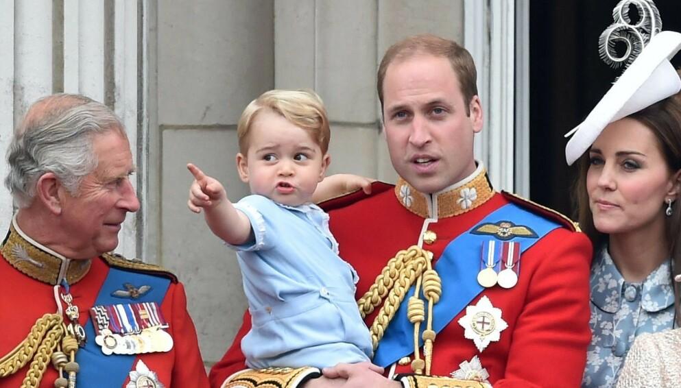 STOR FAMILIE: I løpet av de åtte siste årene har prins Charles fått en hel liten skokk med barnebarn. Her med prins George i 2015. Foto: Tim Rooke/REX/NTB