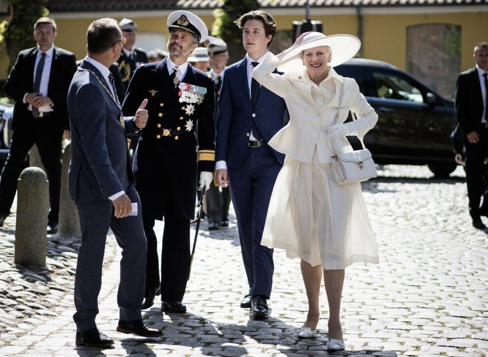 VEKKER OPPSIKT: Dronning Margrethe smilte om kapp med sola, men sola spilte derimot ikke helt på lag med dronningen. Foto: Tim Kildeborg Jensen/ Ritzau Scanpix/ NTB