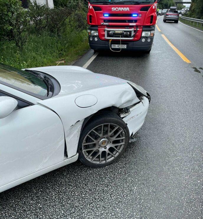 GIKK GALT: Jan Eggums nyinnkjøpte Porsche fikk skader i fronten etter ulykken i dag. Foto: Privat / Jan Eggum