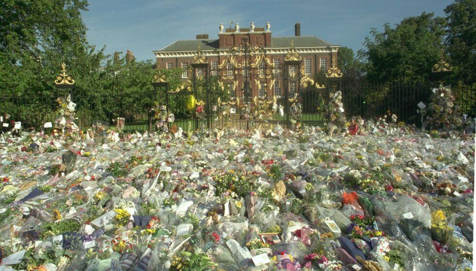 LANDESORG: Store deler av verden var i stor sorg etter at prinsesse Diana døde. Her er blomsterhavet utenfor Kensington Palace. Foto:Jamie Wiseman / Daily Mail / REX / NTB