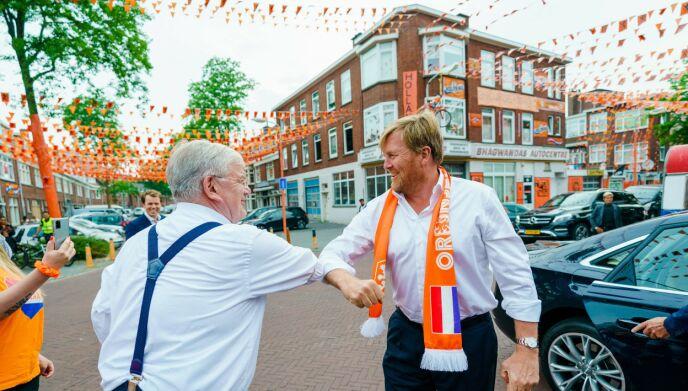 I HAAG: Kongen med borgemesteren i Haag. Foto: AFP/NTB