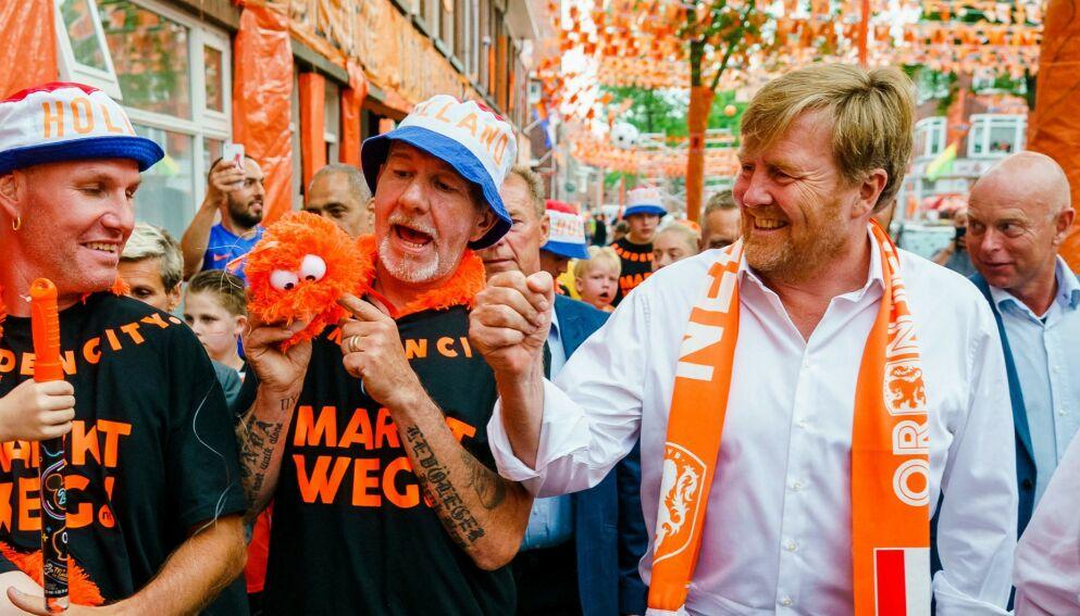 OI DA: Kong Willem-Alexander får hard medfart for å ikke ha overholdt avstand. Foto: AFP/NTB