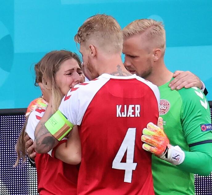 TRØST: Sabrina ble trøstet av kaptein Simon Kjær og keeper Kasper Schmeichel mens kjæresten fikk livreddende førstehjelp på banen i København i juni. FOTO: NTB
