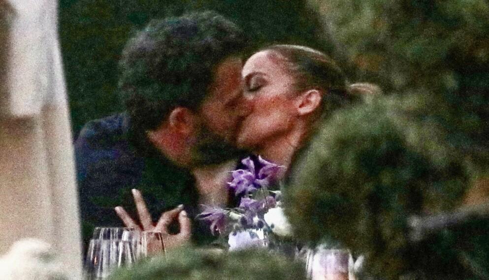 KYSS, KLAPP - OG FRIERI?: Ben Affleck skal være klar for å tilbringe fremtiden sammen med Jennifer Lopez, som han mildt sagt har fått et godt øye til den siste tiden. Her i het omfavnelse på restaurant tidligere i juni. Foto: Backgrid USA / NTB