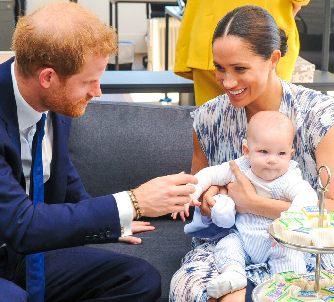 LYKKE: Prins Harry og Meghan med sønnen Archie under et besøk i Sør-Afrika høsten 2019. Foto: NTB