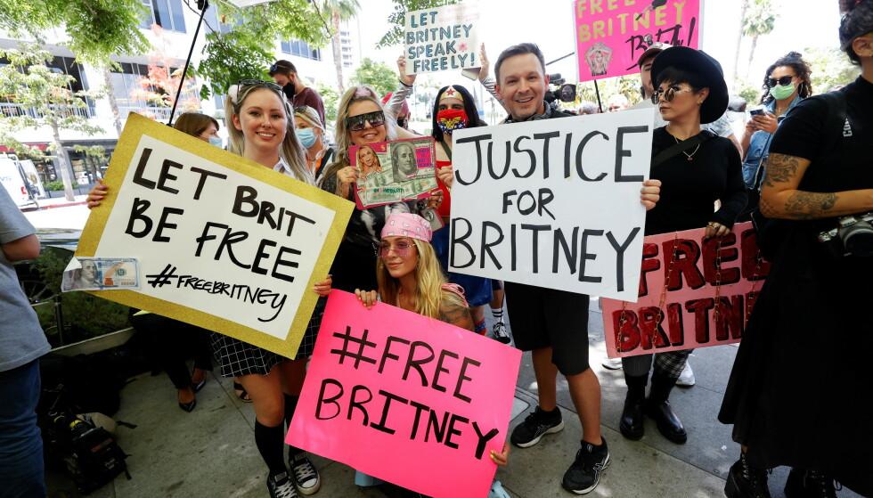 DEMONSTRERTE: Tusenvis av oppmøtte viste sin støtte til popstjernen onsdag. REUTERS/Mario Anzuoni/NTB