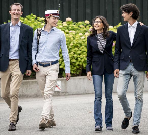 STOLT FAMILIE: Det var grevinne Alexandra som fikk mest oppmerksomhet etter feiringen av prins Felix' skolegang onsdag. Foto: Mads Claus Rasmussen / Ritzau Scanpix / NTB