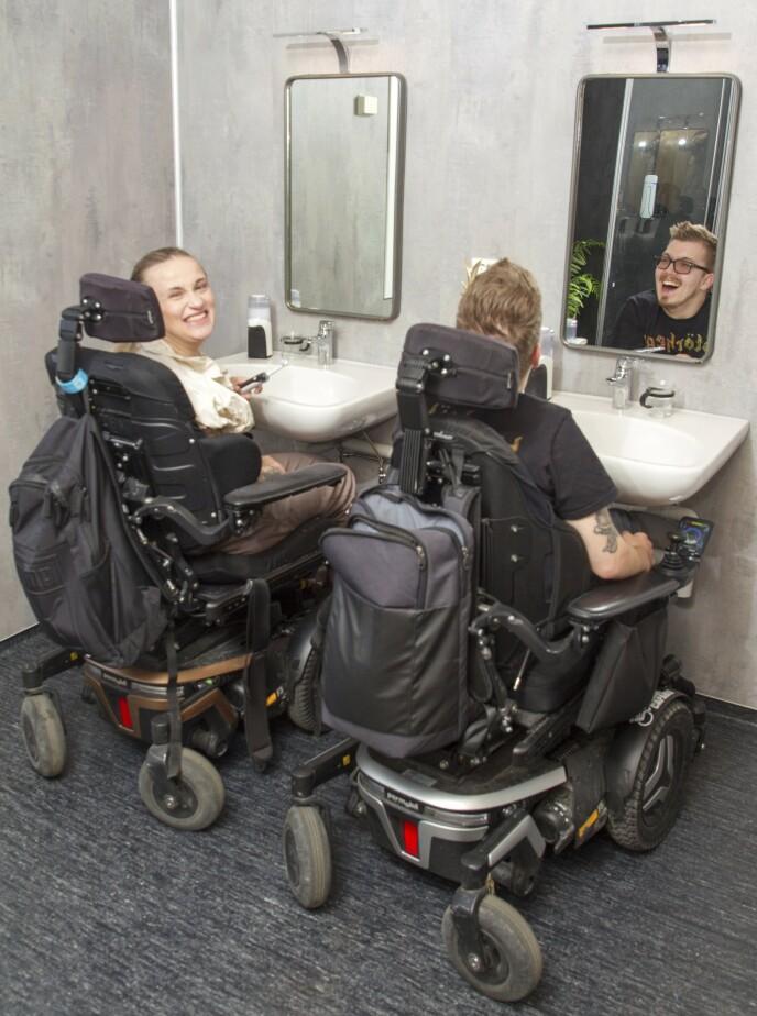 PUSS, PUSS: Det mangler ikke på godt humør hos det forelskede paret som nå er samboere – og har hver sin vask. Foto: Svend Aage Madsen / Se og Hør